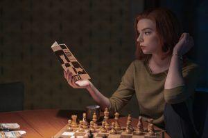 安雅泰勒·喬 (Anya-Taylor Joy)在后翼棄兵中下國際象棋