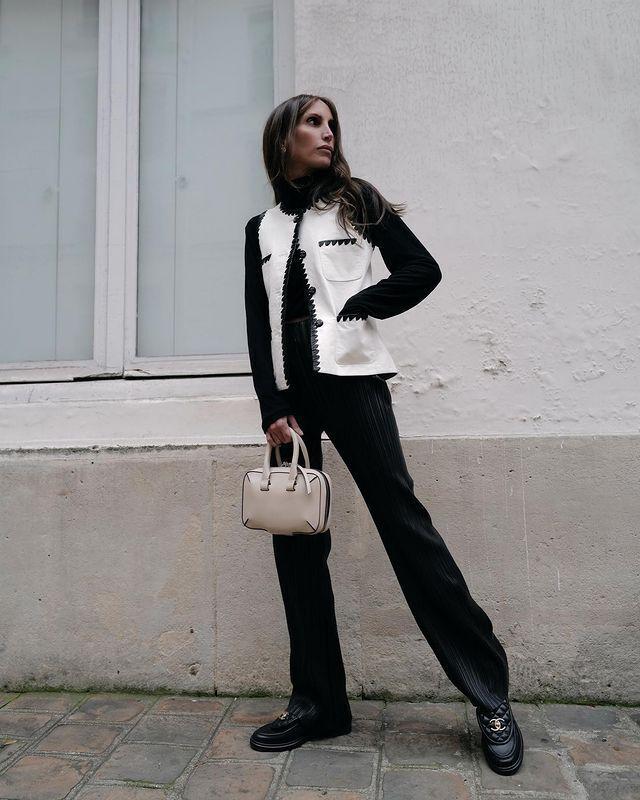 穿著CHANEL小羊皮黑色樂福鞋的女人,拿著黑色的公事包